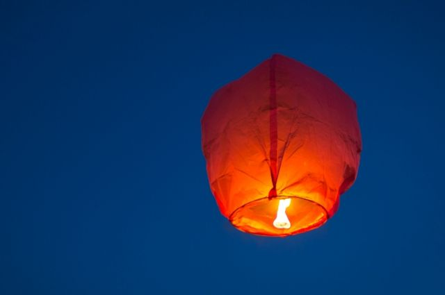 «Потушили» фонарики. Нельзя запускать изделия, принцип подъема которых основан на нагревании воздуха внутри конструкции с помощью огня.