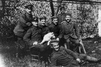 Гитлер (сидит справа) со своими армейскими товарищами из 16-го пехотного полка Баварского резерва (ок. 1914–1918).