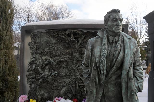 Могила актера Вячеслава Тихонова на Новодевичьем кладбище в Москве.