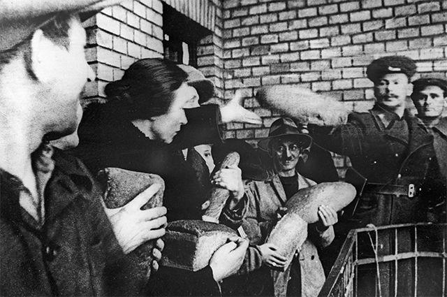 Представители командования 2-го Украинского фронта выдают хлеб жителям Будапешта. 1945 год.