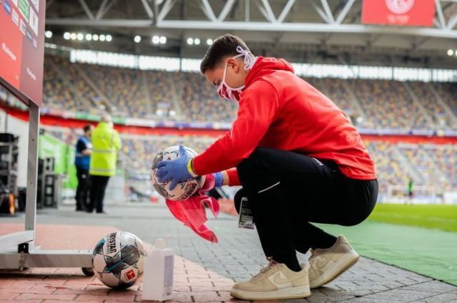Футбольные мячи теперь регулярно обрабатывают антисептиками.