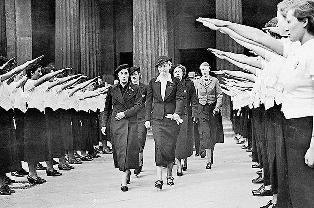 «Союз немецких девушек» приветствует «женскую секцию» испанских нацистов. Берлин, 1938 г.