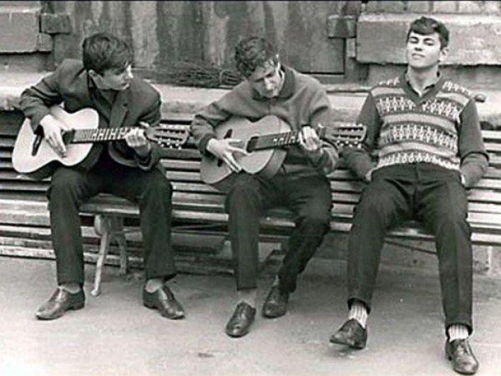Если граждане не могли покинуть город, то летними вечерами лавочки и доминошные столы были популярным местом: кто умел – играл на гитаре, остальные подпевали, слушали, болтали между собой. Дворовая романтика.