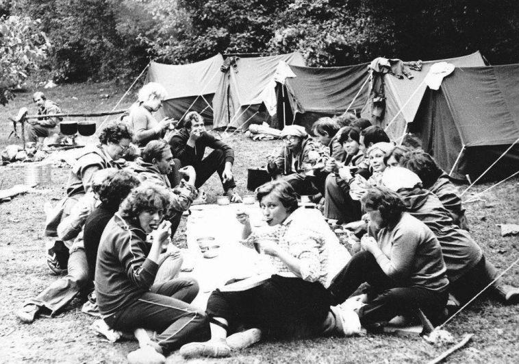 Если не было дачи или просто душа требовала приключений, то можно было отправиться в поход. Профессионалы объединялись в клубы, любители собирались компаниями и выбирались на несколько дней в лес или горы. Покупали вскладчину еду – тушенку, крупы, пакеты супов, чай. Обязательный атрибут – гитара.