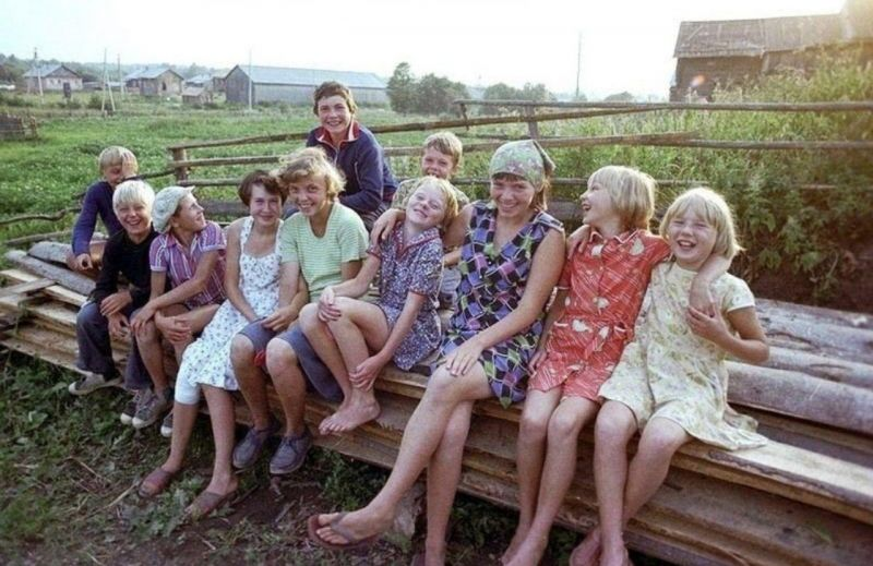 Для детей отдых у бабушек и дедушек был полон свежих продуктов с огорода и подвижных игр. Рыбалка, поход в лес за грибами и ягодами, «казаки-разбойники», «чиж», «лапта» - все это помогало провести лето активно.