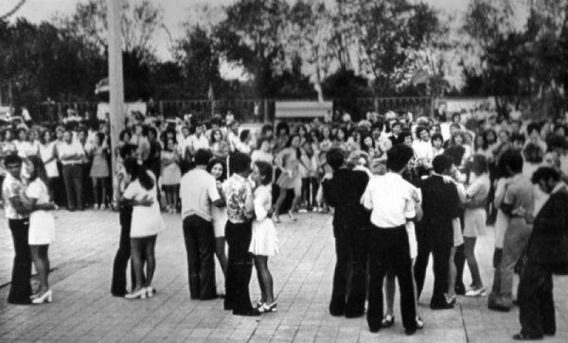 Танцплощадки были почти в каждом парке и возле Дворцов культуры – асфальтированные «пятачки» с лавочками по периметру и сценой. Билет стоил от 30 копеек и выше (в зависимости от города). Ажиотажные вечера.