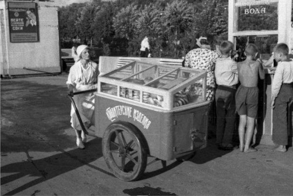 Выходных дети ждали с особым чувством: в субботу или воскресенье вся семья отправлялась в парк. Дети катались на каруселях. Стоимость удовольствия – от 5 до 15 копеек. После аттракционов можно было выпить газированной воды из автомата (с сиропом – 3 копейки), съесть пирожок, мороженое (10-25 копеек) или сладкую вату.