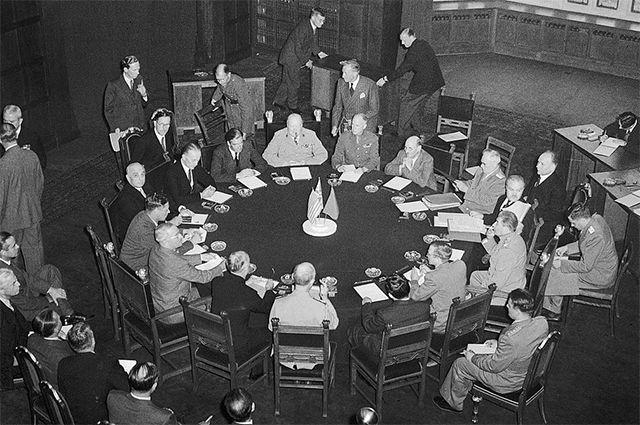 Делегации трёх держав-победительниц на Потсдамской конференции за круглым столом конференц-зала в Цецилиенхофе. 17 июля 1945 года.