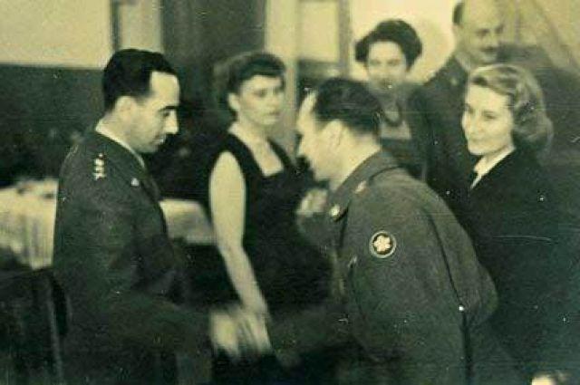 Маркус Клингберг с супругой обмениваются приветствиями с начальником обороны Израиля в 1953 году.
