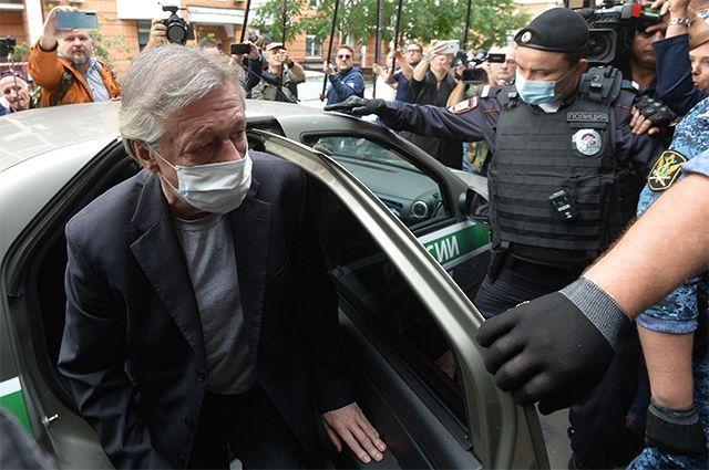 Михаил Ефремов выходит из автомобиля у здания Пресненского суда города Москвы.