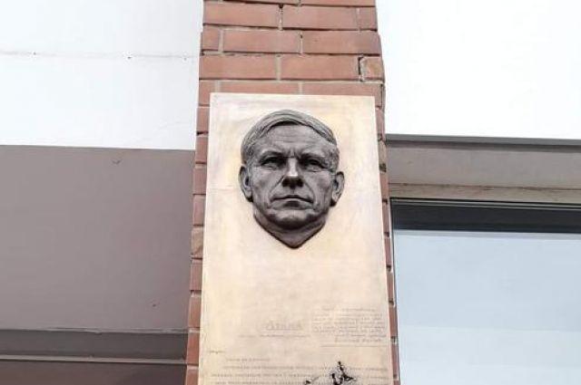 В Минске на доме по адресу Танковая, 10, где жил классик белорусской литературы Василь Быков, появилась его мемориальная доска.