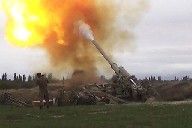 На снимке, опубликованном Минобороны Азербайджана, военнослужащие азербайджанских ВС ведут артиллерийский огонь.