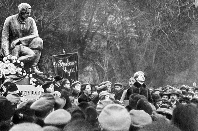 Сергей Есенин выступает на открытии памятника русскому поэту А.В. Кольцову у Китайгородской стены. 8 сентября 1925 года.