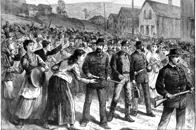 Агенты Национального детективного агентства Пинкертона (США) сопровождают возвращающихся с работы штрейкбрехеров, 1884 г.