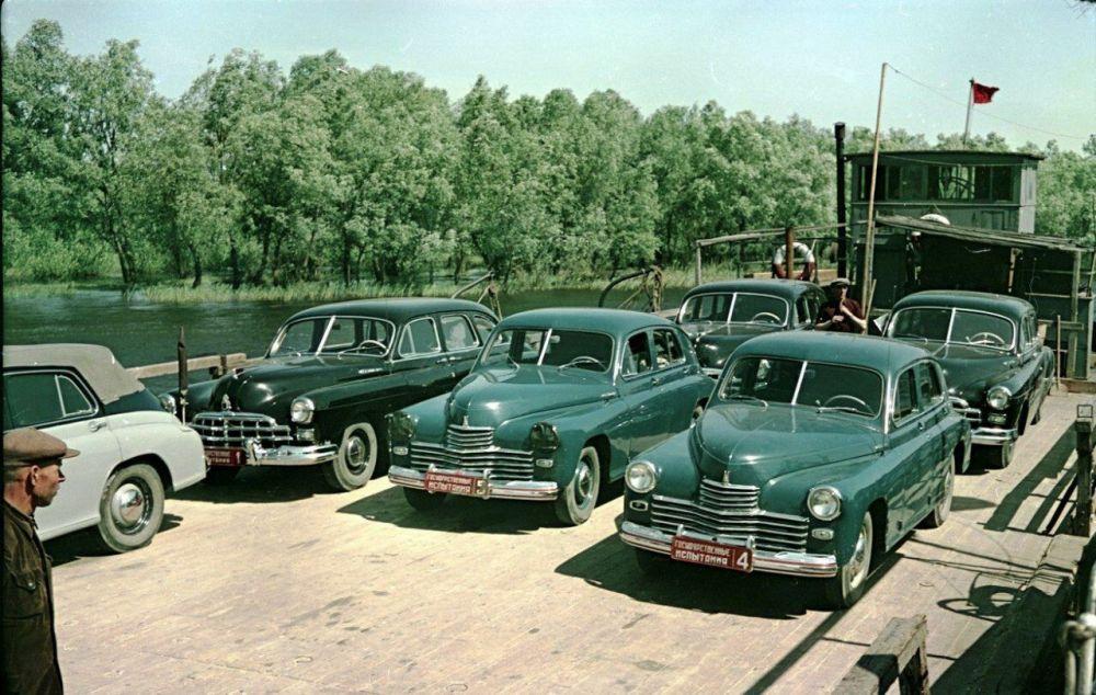 Автомобили ГАЗ и ЗИМ на пароме через реку Кубань, 1951 г.