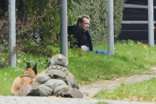 Петер Мадсен, окруженный полицейскими.