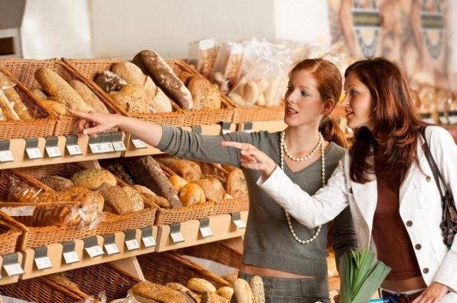 Если хлеб не упакован, можно в торговом объекте узнать, почему.