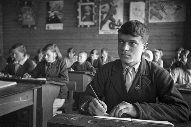 Во время урока в средней школе села Кольцовка колхоза им. И. В. Сталина Вурнарского района Чувашии. 1940 год.