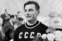 Тяжелоатлет Иван Удодов, советский олимпийский чемпион, завоевавший золотую медаль на играх в Хельсинки, 1952 г.