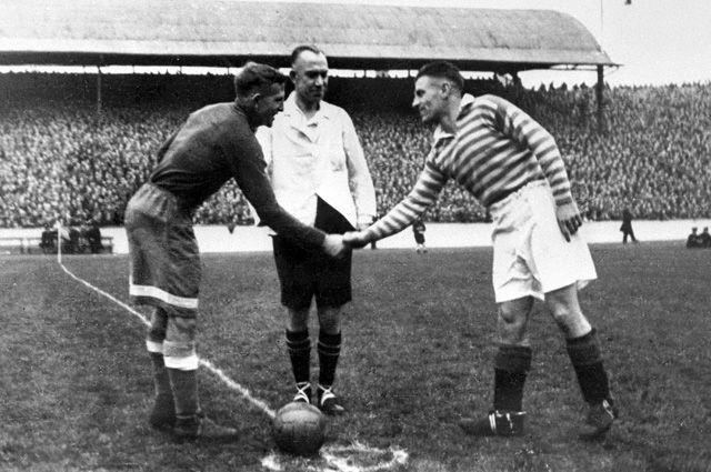 Капитаны команд «Динамо» и «Рейнджерс» приветствуют друг друга перед началом футбольного матча. 1945 г.