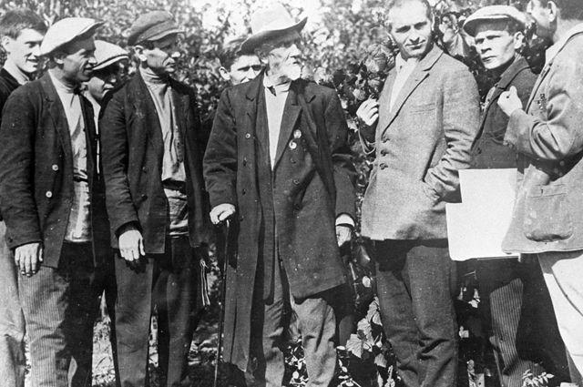 Иван Мичурин среди своих помощников. 1932 г.