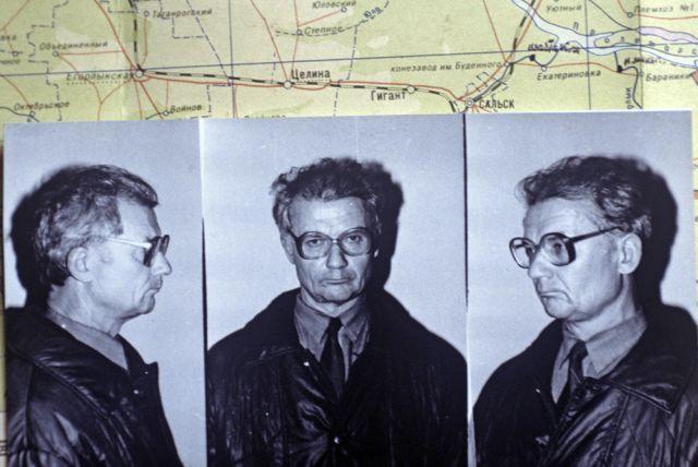 Фотографии Андрея Чикатило, насильника и убийцы, сразу после ареста на фоне карты района поиска.