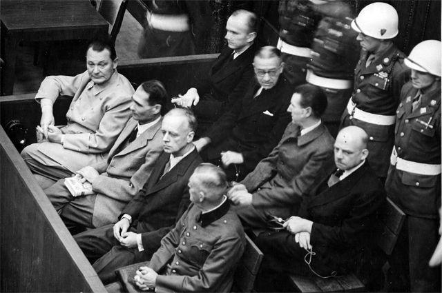 Обвиняемые Герман Геринг и Рудольф Гесс (крайние слева) на скамье подсудимых. Нюрнберг, декабрь 1945 г.