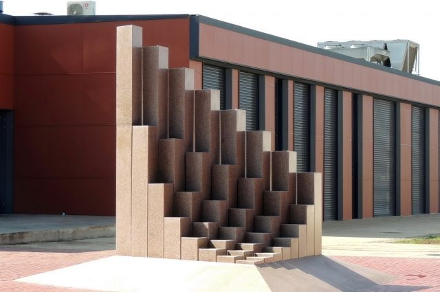 Стела, созданная по принципу чисел Фибоначчи на винодельческом предприятии Кубани.