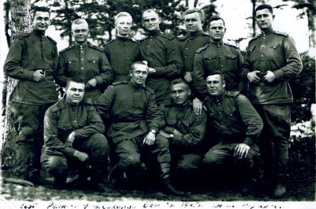 Лукашевич Николай Иванович с однополчанами. Стоит во втором ряду третий справа. Октябрь 1945 г. Южный Сахалин.