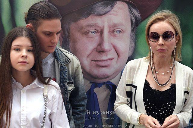 Актриса Марина Зудина, вдова Олега Табакова, с дочерью Марией Табаковой и сыном Павлом Табаковым.