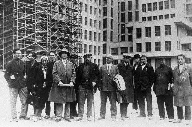 Группа архитекторов у строящегося Дома правительства в Минске. 6-й справа – автор проекта, архитектор Иосиф Лангбард,1931-32годы.