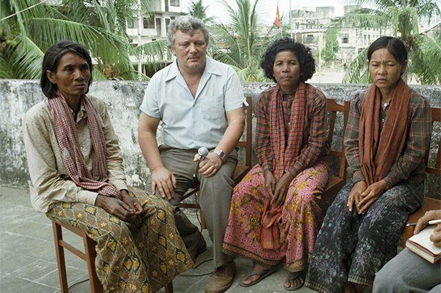 Автор документального фильма «На перекрёстках Кампучии» Александр Каверзнев беседует с кампучийскими крестьянками. 1982 г.