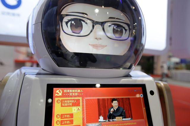 Интеллектуальный робот Чуанзе обслуживает Компартию Китая. На его экране — новости партийной жизни, посвящённые деятельности генсека ЦК Компартии Китая, председателя КНР Си Цзиньпина.