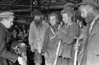 Инженер знакомит старателей с промышленным способом добычи золота на прииске «Лебединый» . Якутская АССР. 1936 г.