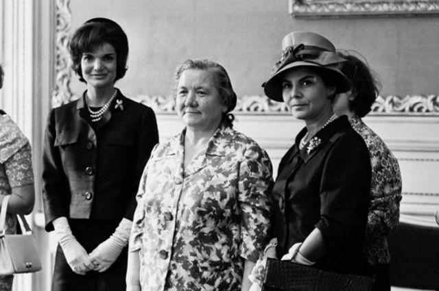 Нина Хрущева и Жаклин Кеннеди (слева от Хрущевой) на саммите в Вене. 31-летняя Жаклин одета в костюм от Олега Кассини, а 61-летняя Нина - в шелковое платье-костюм. 1961 год.