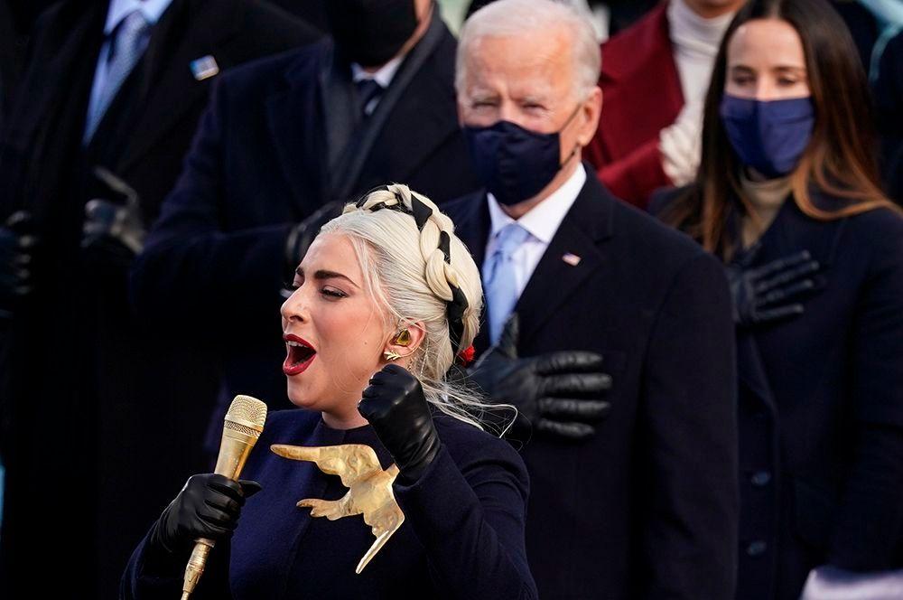 Певица Леди Гага спела гимн США на церемонии инаугурации Джо Байдена. Гимн Соединенный Штатов «Знамя, усыпанное звездами» был написан в 1814 году Фрэнсисом Скоттом Ки.
