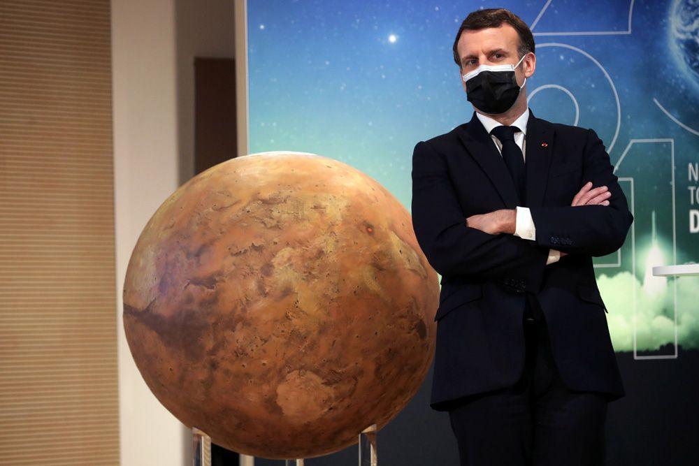 Президент Франции Эммануэль Макрон присутствовал на просмотре посадки марсохода Perseverance на марс во Французском Национальном центре космических исследований (CNES) в Париже.