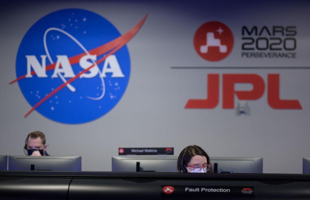 Специалисты NASA наблюдают за миссией ровера.