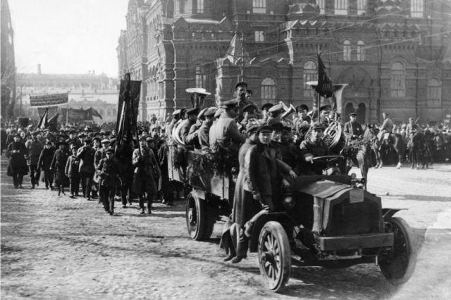 Первый парад Красной Армии на Красной площади в Москве.