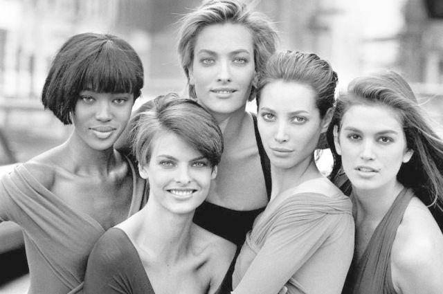 Слева направо: Наоми Кэмпбелл, Линда Евангелиста, Татьяна Патитц, Кристи Тарлингтон и Синди Кроуфорд. Нью-Йорк, 1990 год.