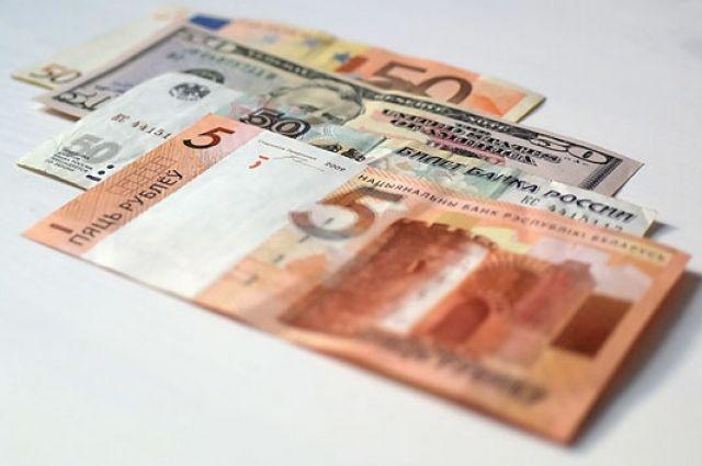 Белорусский рубль на торгах 2 марта заметно ослаб к трем основным валютам