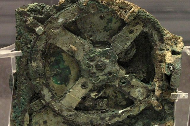 Фрагмент Антикитерского механизма, хранящийся в Национальном археологическом музее в Афинах.
