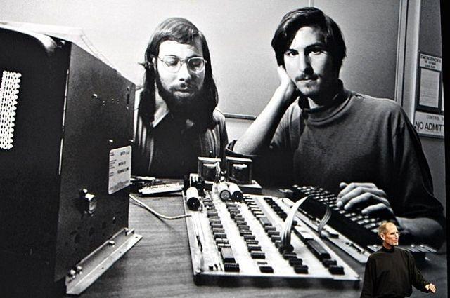 Стив Джобс и Стив Возняк на заре Apple в 1976 году.