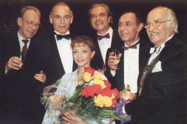 Алексей Баталов, Василий Лановой, Александр Лазарев, Фёдор Чеханков и Владимир Зельдин поздравляют с юбилеем блистательную балерину, 1989 год.
