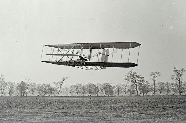 Орвилл Райт совершет полёт над Прерией Хаффмана на «Флайере-2».
