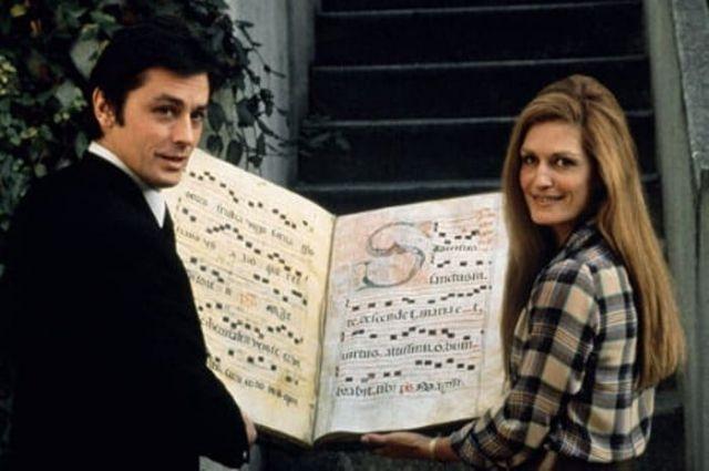 С Делоном успели и роман закрутить, и спеть дуэтом, и просто дружили всю жизнь.