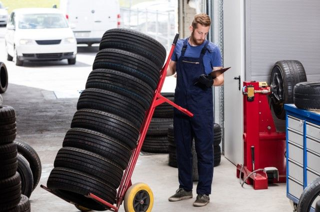 Некоторые СТО принимают шины на хранение. Средняя стоимость – 8-12 руб. в месяц за комплект.