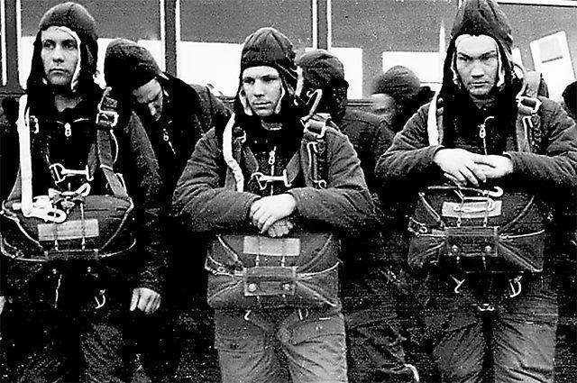 Юрий Гагарин (в центре кадра) на парашютной подготовке в Энгельсе. 1960 г. Из архива Музея космонавтики