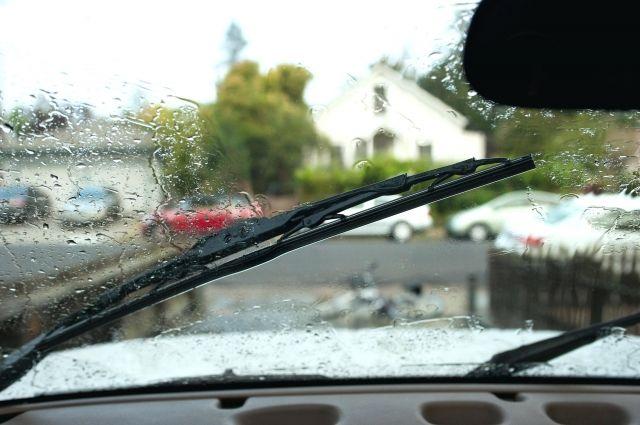Испорченные дворники могут начать скрипеть, оставлять разводы и полосы, ухудшая видимость при вождении.