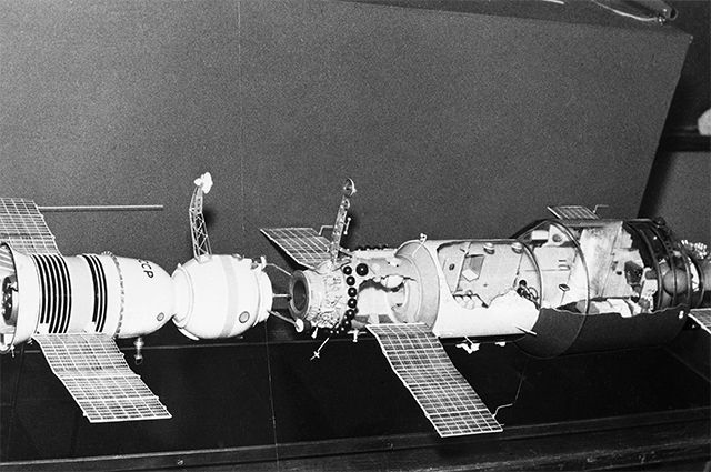 Макет стыковки космического корабля «Союз-11» и научной станции «Салют-1».
